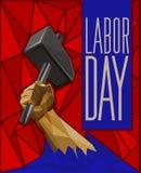 Mão do ` s do homem forte que aumenta acima um martelo - baixo cargo poli do Dia do Trabalhador ilustração do vetor