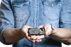 A mão do ` s do homem guarda uns 2 disco rígido de 5 polegadas Isolado no fundo branco Fotografia de Stock