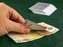 A mão do ` s do homem levanta os dois cartões negociados a um pôquer fotos de stock