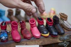 Mão do ` s do sapateiro que faz sapatas em Antalya Turquia Foto de Stock