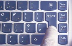 Mão do ` s dos homens no teclado Fotografia de Stock Royalty Free