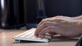 Mão do ` s do homem com fim esperto do relógio acima do tipo no teclado do desktop no espaço de trabalho O homem de negócios novo vídeos de arquivo