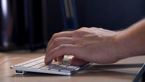Mão do ` s do homem com fim esperto do relógio acima do tipo no teclado do desktop no espaço de trabalho O homem de negócios novo video estoque