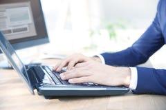 Mão do ` s do homem de negócios que datilografa no teclado imagem de stock royalty free