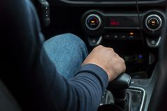 Mão do ` s do homem no botão do deslocamento da velocidade do carro fotos de stock royalty free