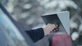 A mão do ` s do homem põe a microplaqueta à barreira eletrônica sobre a segurança c imagens de stock