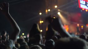 Mão do telefone do concerto da multidão video estoque
