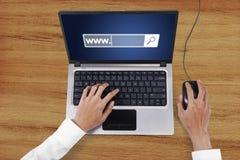 Mão do trabalhador com portátil e texto de WWW foto de stock