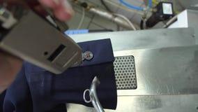 A mão do trabalhador que guarda o dispositivo do pulverizador sob a luva vídeos de arquivo
