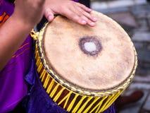 Mão do uso do baterista ao cilindro no cilindro estreito alto de tom-toma no festival imagens de stock
