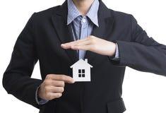 Mão do vendedor do negócio que guarda o seguro home da casa do conceito Fotos de Stock Royalty Free