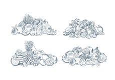 A mão do vetor esboçou as pilhas das frutas e legumes ajustadas isoladas no fundo branco ilustração do vetor