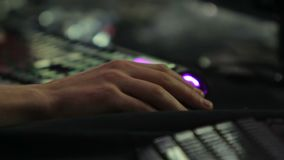 Mão do viciado do jogo de computador que empurra botões no rato, competição dos eSports video estoque