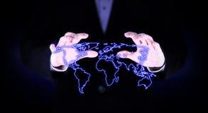 A mão dois cobriu o mapa do mundo de incandescência Fotos de Stock