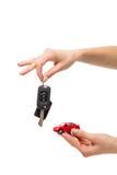 A mão dois que guarda o vermelho coloriu o carro com chave automática Imagem de Stock