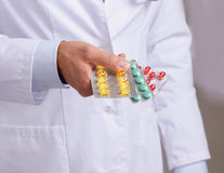 Mão dos doutores que guardam muitos comprimidos diferentes Foto de Stock Royalty Free