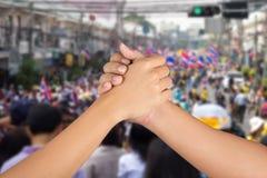 A mão dos homens junta-se junto Fotos de Stock