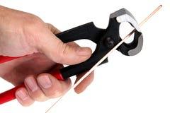 A mão dos homens mantem as ferramentas do locksmith fotos de stock