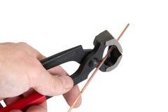 A mão dos homens mantem as ferramentas do locksmith imagem de stock
