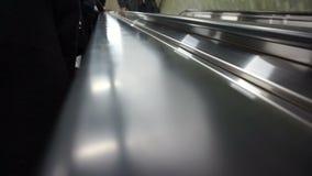 Mão dos povos que montam acima da escada rolante às ruas da cidade do trabalho do sumário do metro vídeos de arquivo