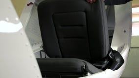Mão e assento dos aviões vídeos de arquivo