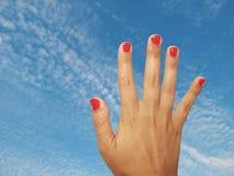 Mão e céu Fotos de Stock Royalty Free
