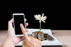 Mão e dedo, imprensa na tela do telefone celular ou smartphone Fotografia de Stock