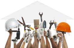 A mão e a ferramenta do trabalho doméstico contra o backgroud do teste padrão da casa usam f Fotografia de Stock