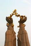 Mão e flor dourada Fotos de Stock