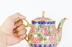 Mão e frasco tailandês do chá Imagem de Stock Royalty Free