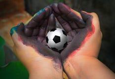 Mão e futebol da pintura para dentro fotografia de stock royalty free