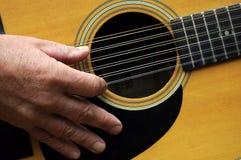 Mão e guitarra de 12 cordas Fotografia de Stock Royalty Free