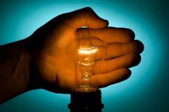 Mão e lâmpada Fotografia de Stock Royalty Free