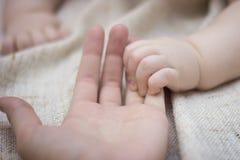 Mão e mãe recém-nascidas do bebê Foto de Stock