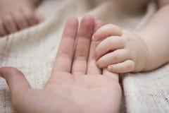 Mão e mãe recém-nascidas do bebê imagens de stock royalty free