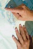 Mão e mapa Fotografia de Stock