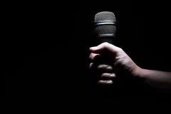 Mão e microfone Fotografia de Stock Royalty Free