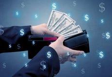 Mão e muito dinheiro na carteira foto de stock royalty free