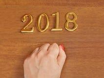 Mão e números 2018 na porta - fundo do ano novo Fotos de Stock Royalty Free