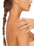 A mão e o ombro da mulher Imagens de Stock