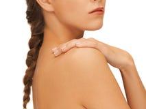 A mão e o ombro da mulher Imagens de Stock Royalty Free