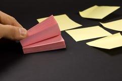 Mão e papéis de nota Fotografia de Stock Royalty Free