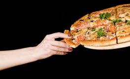 Mão e pizza Fotografia de Stock Royalty Free