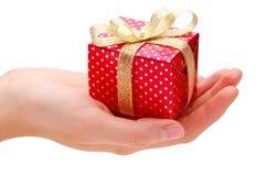 Mão e presente Imagem de Stock Royalty Free