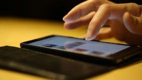 Mão e smartphone humanos video estoque