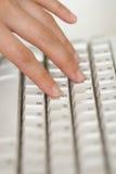 Mão e teclado Fotos de Stock