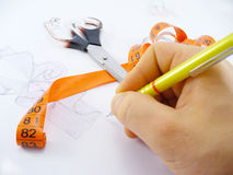 Mão e um lápis fotos de stock