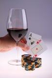 Mão e vinho do póquer Fotos de Stock Royalty Free