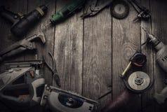 A mão elétrica utiliza ferramentas (a broca da chave de fenda considerou o jointer da serra de vaivém) a parte superior v Imagens de Stock