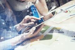 Mão eletrônica da tabuleta da exposição tocante da mulher Gestor de projeto Researching Process Negócio Team Working New Startup Fotografia de Stock